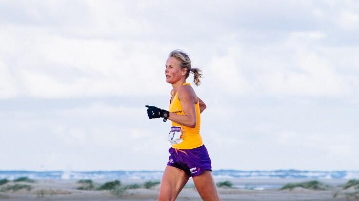 Marjan Oostinga op het strand tijdens de hele marathon van de Berenloop 2016.