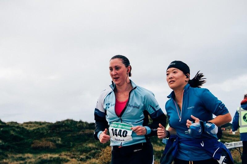 Hardloopsters tijdens de 10 kilometer van de Kleintje Berenloop 2016.