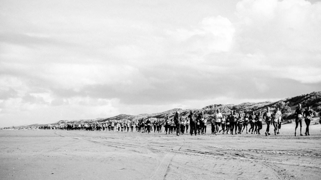 Berenlopers op het strand tijdens de Berenloop 2016.