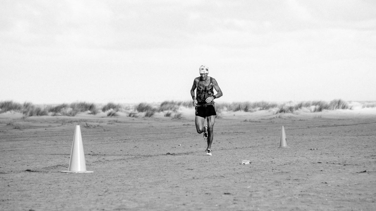 Hardloper op het strand tijdens de Berenloop marathon van 2016.