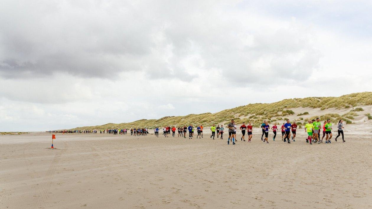 Berenlopers op het strand tussen Midsland en West-Terschelling.