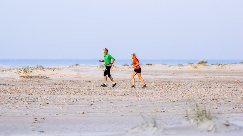 Berenlopers op het strand tijdens de hele marathon van de Berenloop 2018.