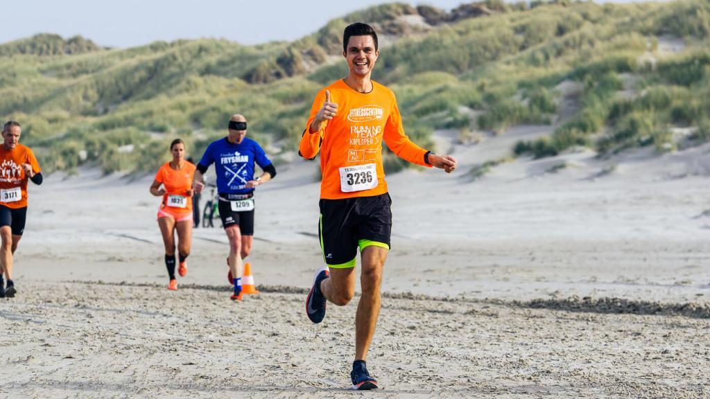 Loper tijdens de halve marathon op het strand tijdens de Berenloop 2018.
