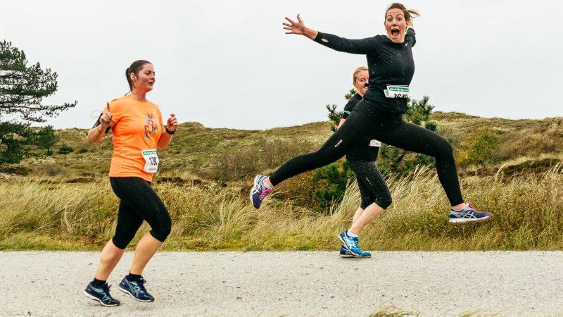Berenloopster springt een gat in de lucht tijdens de 10 kilometer van de Kleintje Berenloop 2019.