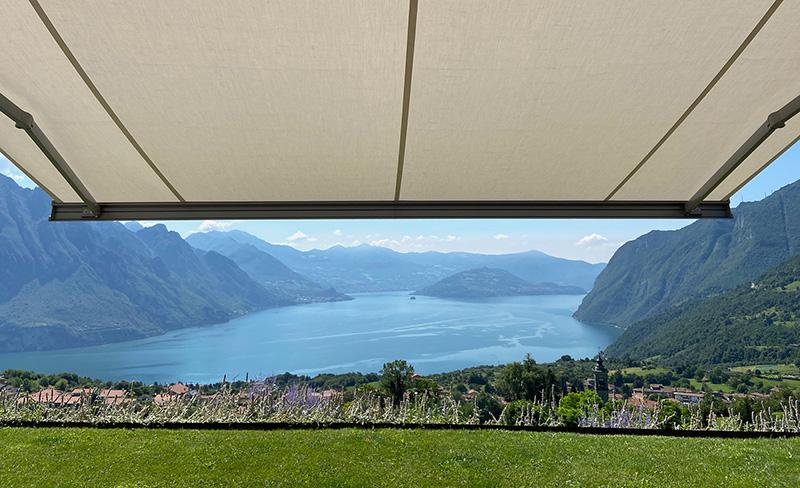 Le tende a caduta per verande offrono soluzioni ideali anche per proteggere gli spazi esterni della casa chiusi come le verande. Bergamo Tende Tende Da Esterno Tende Interni Tende Esterno Veneziane Tendaggi Tende Sole Tende Rullo Tende Moderne
