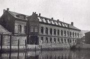 Den opprinnelige Tobakksfabrikken. Her ved Puddefjorden startet Tobakksfabrikken Viktoria sin virksomhet i 1910. Fotograf ukjent. Ukjent år.
