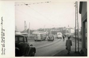 Trafikk på Nygårdsbroen lørdag 19. september1953. Fotograf: Ukjent Arkivet etter Reguleringsvesenet, Bergen Byarkiv.