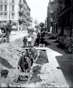 Arbeide med kabler i Nygårdsgaten i 1911. Fotograf: Ukjent. Arkivet etter Bergen Lysverker, Bergen Byarkiv.