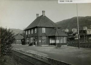 Minde jernbanestasjon, opprettet i 1889 som holdeplass ved Gamle Vossebanen, oppgradert til stoppested 1892 og til stasjon rundt 1910. Fotograf: Ukjent. Arkivet etter Kommunalavdeling fritid, kultur og kirke, Bergen Byarkiv.