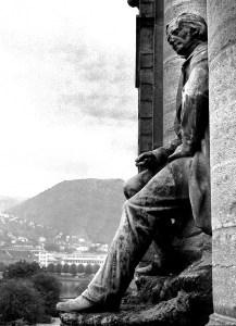 Vestlandske kunstindustrimuseum. Fra sin ærestribune over inngangen skuer maleren J.C. Dahl ut over sin hjemby. Fotograf: Norvall Skreien.
