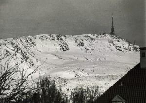 Med en høyde på 643 m. o.h. er Ulriken det høyeste av Bergens «klassiske» syv fjell. Fotograf: Ukjent. Arkivet etter Morgenavisen A/S, Bergen Byarkiv.