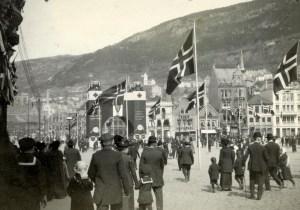 Det ble reist en triumfbue på Torget i anledning Grunnlovsjubileet i 1914. Foto fra 17. mai 1914. Fotograf: ukjent. Arkivet etter Wernøe, Bergen Byarkiv.