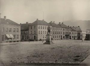 Bebyggelsen på Torgallmenningen, gjenoppbygd etter brannen i 1855. Fotograf: Knud Knudsen.