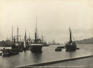 Bergenske redere satset tidlig på dampdrevne jernskip. I 1875 hadde byen 62 dampbåter. Foto fra Dampskipsbryggen omkring 1878. Fotograf: Knud Knudsen. Arkivet etter Formannskapet, Bergen Byarkiv.