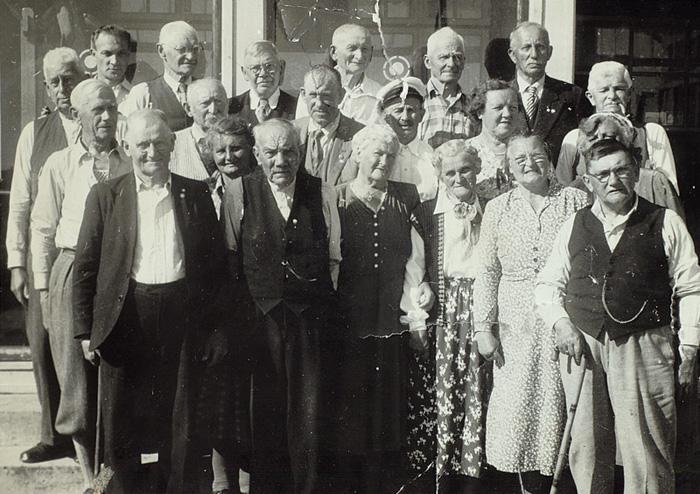 Fagforeningsveteraner samlet foran hovedhuset på Skorpen Feriehjem i 1955. Ukjent fotograf.