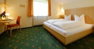 Eine Schlafzimmervariante im Appartement Steinrösle im Bergland Appartement | Lech Zürs am Arlberg