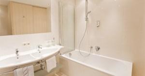 Eine Badezimmer-Variante im Appartement Steinrösle im Bergland Appartement | Lech Zürs am Arlberg