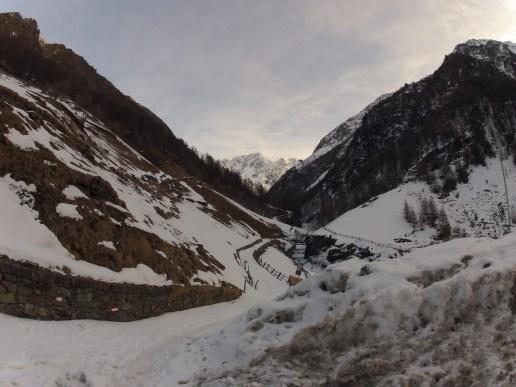 Der Weg hinein zum Eishof vom Gasthaus Jägerrast weg