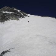 Joe steigt behutsam die steile Flanke ab
