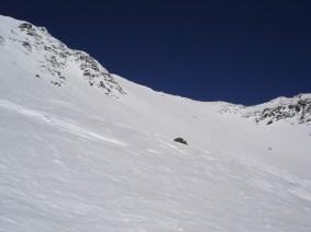 Nach dem Steilhang geht man links zum Gipfel