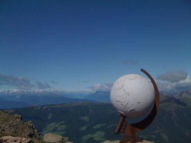 Steinglobus am Gipfel, Ortler-Alpen im Hintergrund