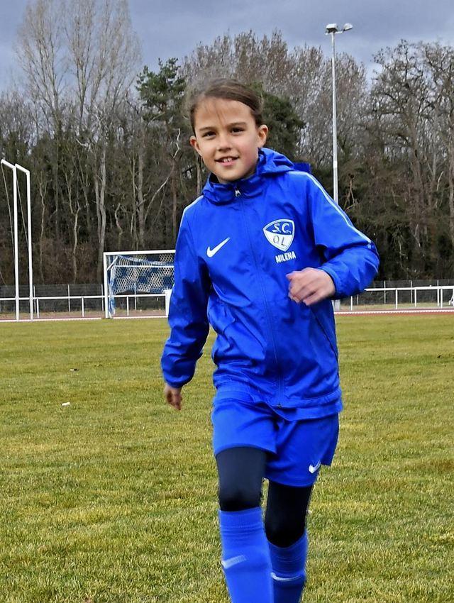 Milena Birk spielt gern Fußball und stürmt für den SC Olympia. Die zehn Jahre alte Lorscherin hofft, wie ihr Verein, dass bald noch mehr Mädchen mitspielen.