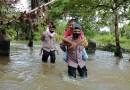Brimob Kompi 4 Batalyon B Pelopor Tolong Warga Terendam Banjir Di Desa Sepa