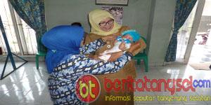 Hj. Tatik Yulihari S.sos MM usai mengukur panjang badan balita peserta posyandu Seroja B (Foto: Putra)