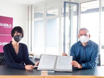Vergrößerung: Helene Böhm, Leiterin Soziale Stadtteilmanagement GESOBAU und Tobias Dollase, Jugendstadtrat bei der Unterzeichnung