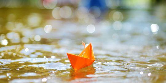Papierboote im Wasser