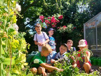 Bildvergrößerung: Kinder aus der Ferienkrippe der Grundschule im Fließtal am Bett in der Gartenschule.