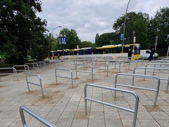 Vergrößerung: Bild der Fahrradhalterung mit Blick auf die Bushaltestelle am Ferdinand-Friedensburg-Platz
