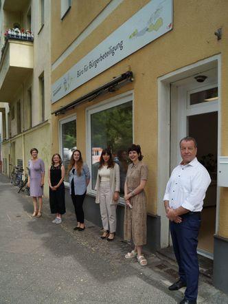 Vergrößerung: von rechts: Bezirksbürgermeister Frank Balzer (CDU), die Koordinatorin für die Beteiligung des Landratsamtes, Lisa Wagner, und Mitarbeiter der Außenstelle external