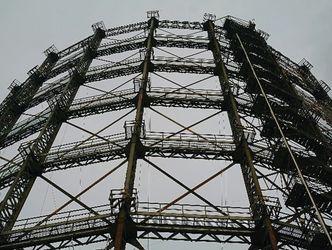 Bildvergrößerung: Eine zylinderförmige Stahlkonstruktion ist aus der Froschperspektive vor einem grauen Himmel zu sehen.