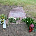 Vergrößerung: Enthüllung des Gedenksteins im Schlosspark Biesdorf - Inschrift auf dem Gedenkstein