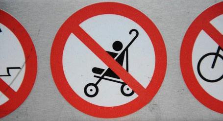 Hinweis auf Kinderwagen-Verbot auf Rolltreppen am Potsdamer Platz in Berlin