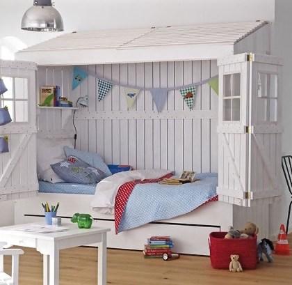 Strandhausbett fürs Kinderzimmer in Weiß (von CAR Kinder). Mehr außergewöhnliche Kinderbetten findest du unter www.BerlinFreckles.de