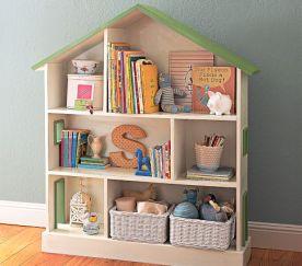 Weiß-grünes Bücherregal und Puppenhaus fürs Kinderzimmer von Pottery Barn Kids