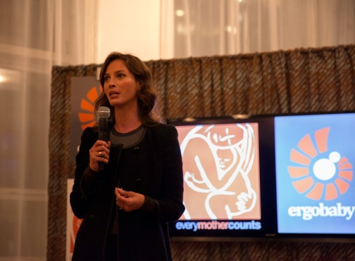 Christy Turlington: Guest Designer Series von Ergobaby für Every Mother Counts