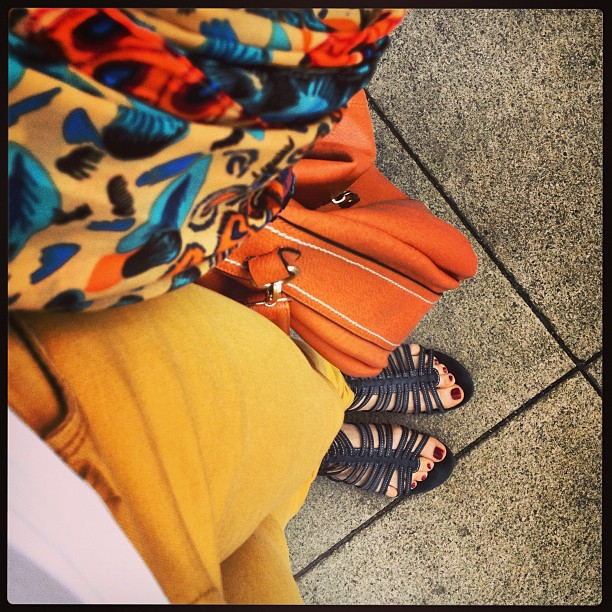 Definitiv kein schwarzer Freitag: Sandalen & Gürtel blau, Hose gelb, Shirt weiß, Tasche orange. Tuch bunt und in der Hand gehalten, damit es auf's Foto passt. #FromWhereIStand #HashtagHunt