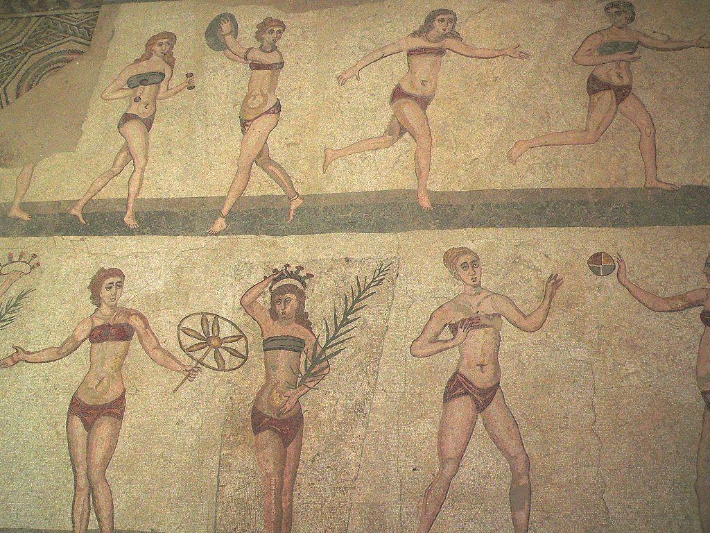Bikini Mosaik aus der Villa Romana del Casale (Foto von M. Disdero, aus Wikimedia Commons, dem freien Medienarchiv)