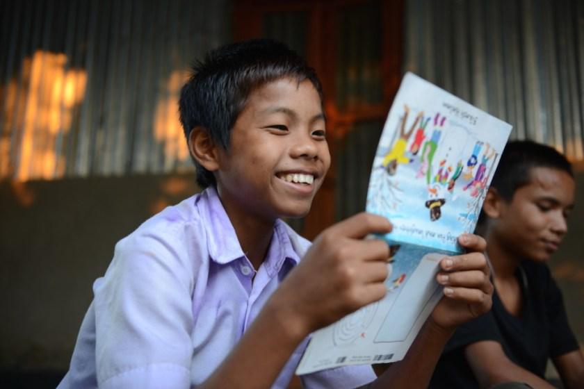 Bikash Halam freut sich über Post. Er möchte später einmal Lehrer werden.