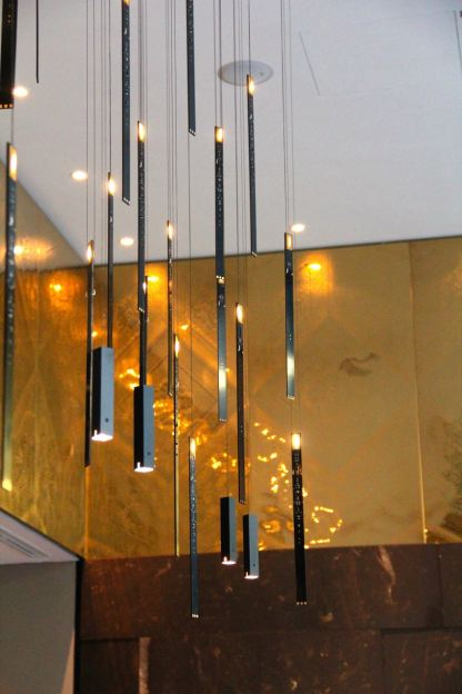 Schwebende Kerzen vor goldener Wand