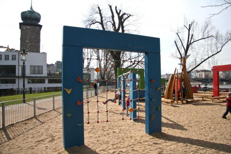 Ein schöner Spielplatz in Prag: Der Spielplatz auf der Slovanský Ostrov beim Restaurant Žofín Garden (Foto: Prague City Tourism, www.prague.eu/de)