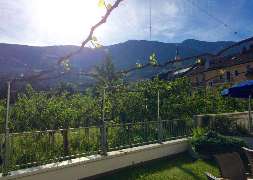 """Frühstück mit Blick auf Apfelbäume und die Berge gibt's im Hotel """"Goldene Krone"""""""