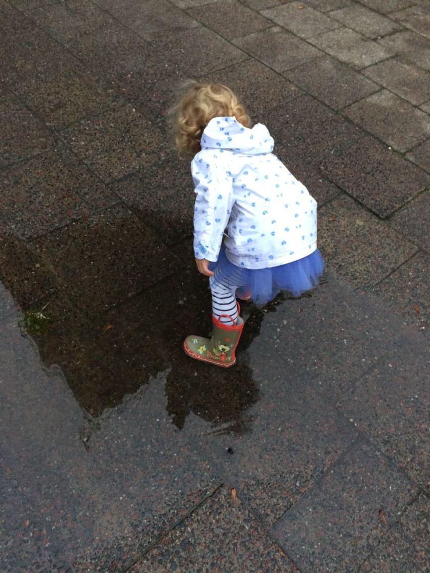 Kinder sind unberechenbar und stoppen auch schon mal mitten auf dem Weg, weil die Pfütze einfach zu verlockend ist.
