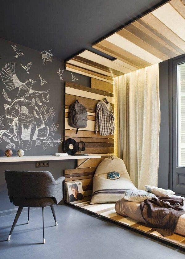 Jugendzimmer mit Tafelfarbe: Schwarze Tafelfarbe an der Wand in Kombination mit Holzbalken