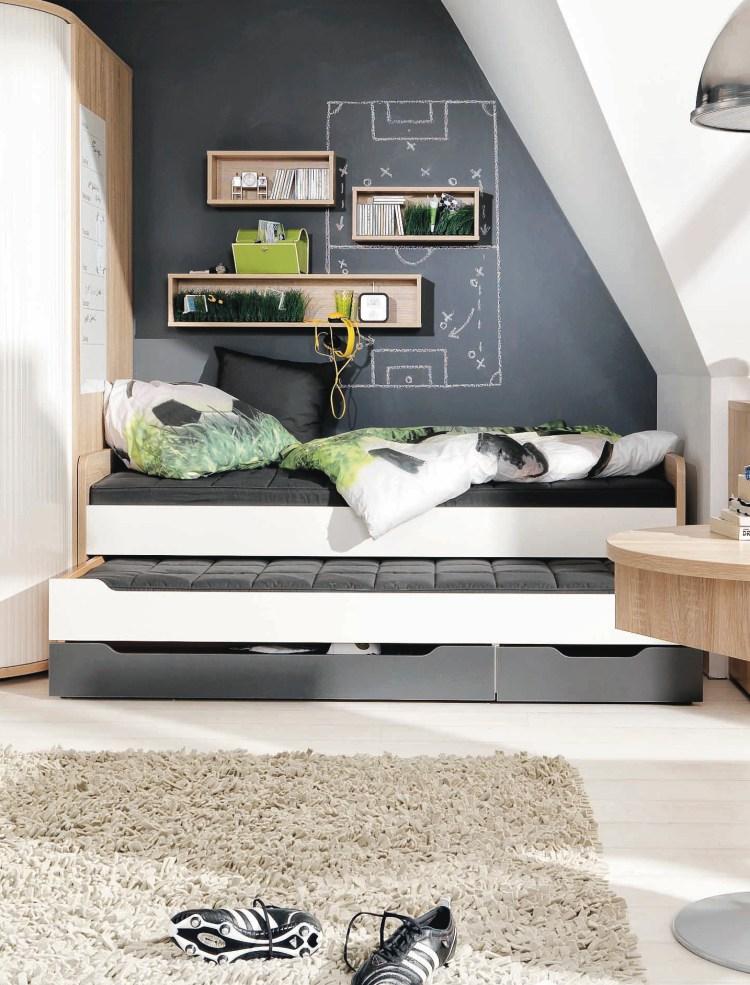 Tafelfarbe im Jugendzimmer: Schwarze Wand mit Dachschräge und weiß-graues Kojenbett