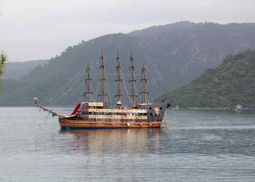 """Kein Badewetter an diesem Tag. Dafür entdeckt mein großes Mädchen eich """"echtes"""" Piratenschiff, das nach Marmaris fährt."""
