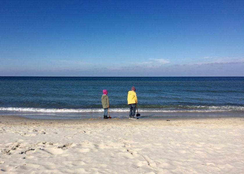 Lieblingsbeschäftigung an der Ostsee: Staunen und Buddeln am Strand